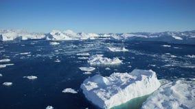 Afdrijvend door een ijsberg die in Qooroq Icefjord, Zuid-Groenland drijven stock video