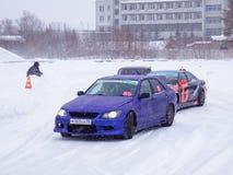 Afdrijvende auto's op ijs Stock Fotografie