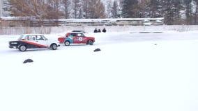 Afdrijvende auto's op ijs stock videobeelden