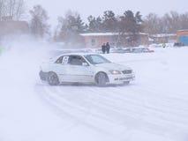 Afdrijvende auto's op ijs Stock Afbeeldingen
