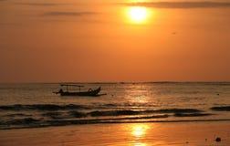 Afdrijvende boot op een zonsondergang Stock Afbeelding