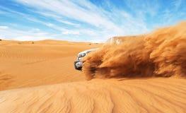 Afdrijvende offroad auto 4x4 in woestijn stock afbeeldingen