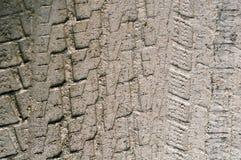 Afdrukken van de loopvlakken van de wielen van auto's op een natte landweg royalty-vrije stock foto