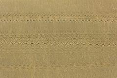 Afdrukken van diverse motobanden op grijze gele zand hoogste mening natuurlijke oppervlaktetextuur royalty-vrije stock foto's