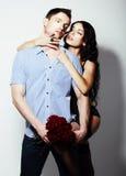 Afecto. Enlace. Pares atractivos - abarcamiento del hombre y de la mujer Foto de archivo