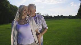Afecto y amor de pares mayores hermosos almacen de metraje de vídeo