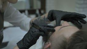 Afeitados del peluquero de la muchacha con un razor2 peligroso metrajes