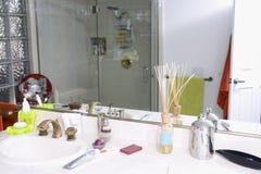 Afeitar los accesorios en cuarto de baño Foto de archivo
