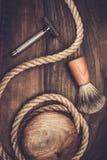 Afeitar los accesorios en fondo de madera Imágenes de archivo libres de regalías