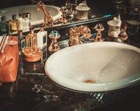 Afeitar los accesorios en un interior de lujo del cuarto de baño Imagen de archivo