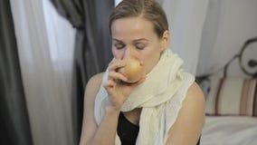 Afetado pela mulher fria cura um nariz ralo com uma cebola vídeos de arquivo