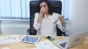 Affär, överansträngningar, stopptid, vision och folkbegrepp - trött affärskvinna i exponeringsglasarbete med bärbar datordatoren  stock video
