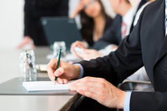 Affär - businesspeople, möte och presentation i regeringsställning Arkivfoton