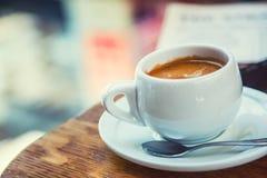 Affär för kaffeavbrott Kopp kaffemobiltelefon och tidning fotografering för bildbyråer