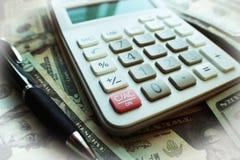Affär & finans med räknemaskinen överst av högkvalitativ tjugotal Arkivbilder