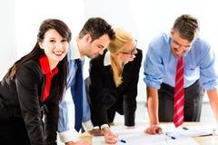 Affär - folk i regeringsställning som arbetar som laget Arkivbilder