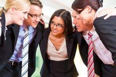 Affär - grupp av businesspeople i regeringsställning arkivfoton