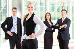 Affär - grupp av businesspeople i regeringsställning arkivbilder