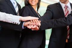 Affär - grupp av businesspeople i regeringsställning Royaltyfri Foto