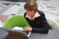 affär henne väntande kvinna för intervju Arkivbild