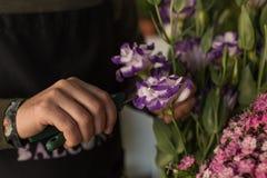 affär isolerad liten white 3d Bitande blommor för blomsterhandlare Arkivfoto