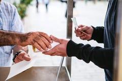 affär isolerad liten white 3d En man säljer lagad mat havre till turister och lokalinvånare i Istanbul, Turkiet Köparen tar mat o Arkivfoton