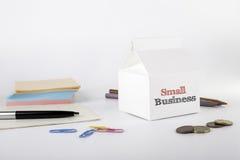 affär isolerad liten white 3d Vitt kontorsskrivbord med en mjölkapacke Arkivfoton