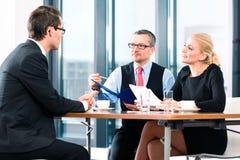 Affär - Job Interview med kandidaten och timme Arkivfoton