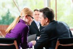 Affär - jobbintervju med timme och sökanden Arkivfoton