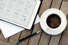 Affär kalendrar, tidsbeställning Kontorstabell med notepaden, dator, kaffekopp Royaltyfria Bilder