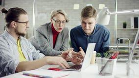 Affär koncentrerat lag av ungdomarsom tycker om att arbeta tillsammans, millennialsgrupp som talar ha gyckel i slags tvåsittssoff stock video