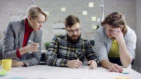Affär koncentrerat lag av ungdomarsom tycker om att arbeta tillsammans, koncentrerat millennialsgruppsamtal ha gyckel lager videofilmer