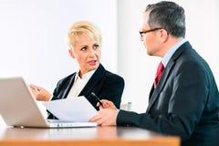 Affär - möta i regeringsställning, folk som arbetar med dokumentet Arkivfoto