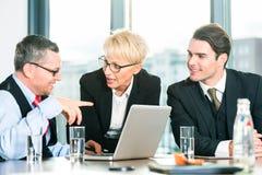 Affär - möta i regeringsställning, folk som arbetar med dokumentet Arkivbild