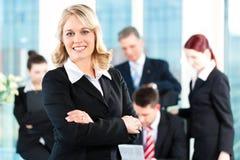 Affär - möte i ett kontor royaltyfria foton