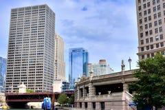 Affär och historiska byggnader vid Chicago River, Illinois Arkivfoto