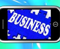 Affär på transaktioner för Smartphone visningreklamfilm Royaltyfria Bilder
