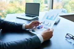 Affär Person Analyzing Statistics Report royaltyfria foton