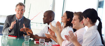 affär som applåderar mötefolk arkivbild