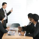 Affär som arbetar i ett möte Arkivbild
