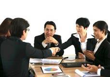 Affär som arbetar i ett möte Arkivfoto
