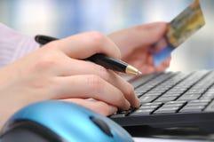 affär som gör online-shoppingkvinnan Royaltyfri Fotografi