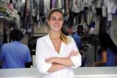 affär som gör ren den torra lyckliga ägaren Royaltyfri Foto