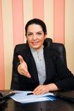 affär som ger handskakning den välkommna kvinnan Arkivfoto