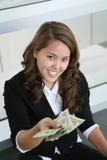 affär som ger pengarkvinnan arkivfoton