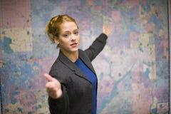 affär som ger presentationskvinnan Arkivfoto