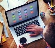 Affär som packar ihop online-begrepp för finansiell transaktion för betalning Royaltyfri Bild