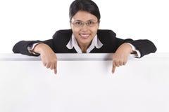 affär som pekar till whiteboardkvinnan Arkivfoto