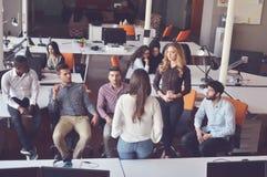 Affär, start, presentation, strategi och folkbegrepp - kvinnlig på presentation med grupp människor på kontoret arkivfoto