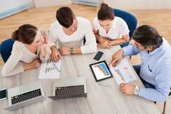 Affär Team In Office Meeting Royaltyfri Foto